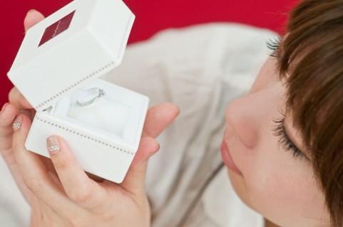 今すぐプロポーズしたいのに指輪がない!そんなあなたに「おいそぎ対応 婚約指輪」