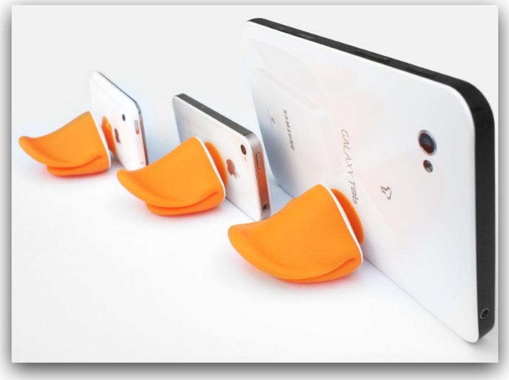 アヒル口のiPhoneスタンドが白iPhoneにピッタリ!