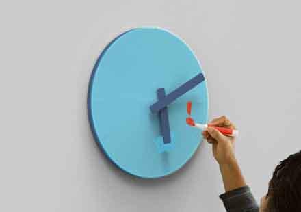 時間によって盤面の色が変わる時計。今までなかったのが不思議