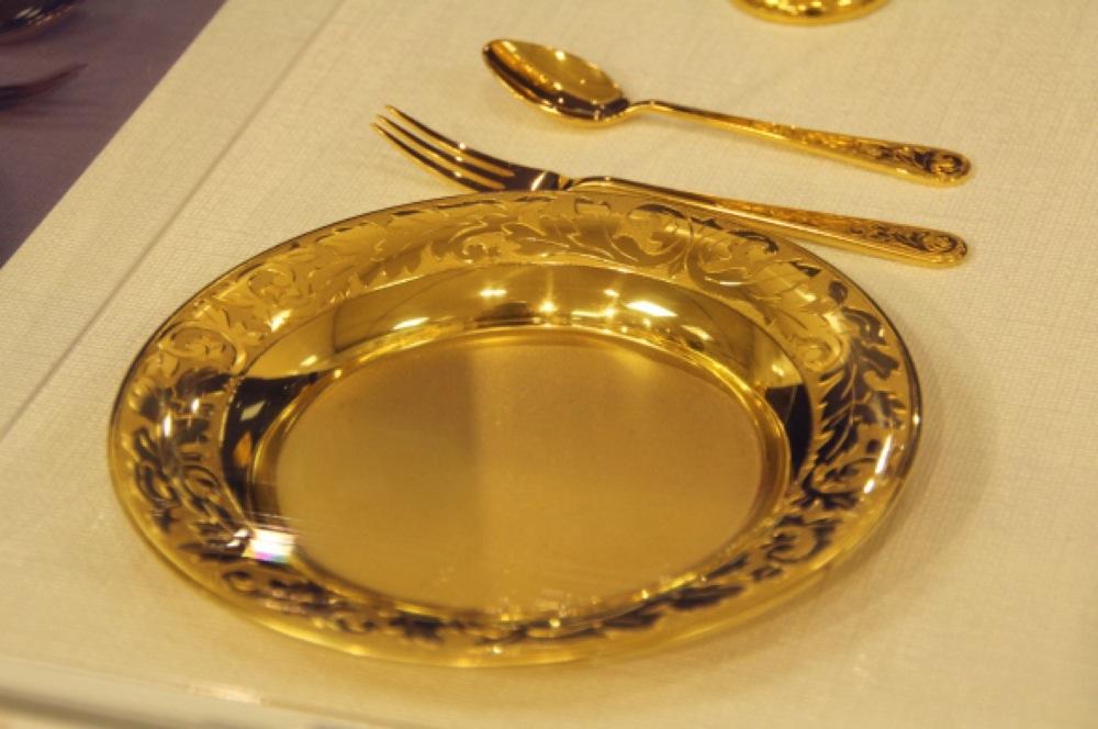 なんと純金製!総額1億円オーバーの豪華すぎる食器が日本橋三越本店に登場