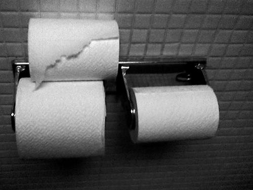 トイレットペーパーを自動で折りたたんでカットする「camitool」がすごい