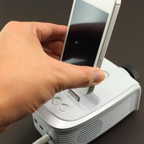 iPhone内の動画や画像を表示できるLEDプロジェクター、9999円で発売