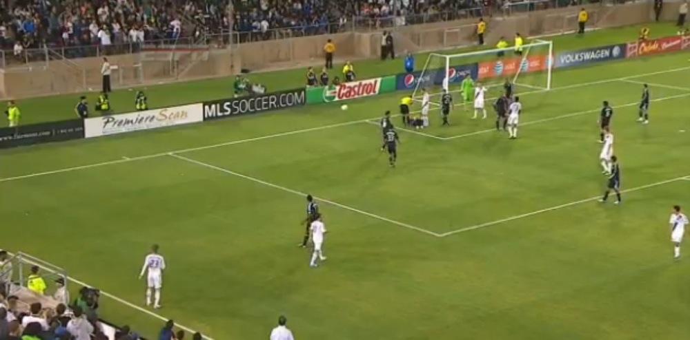 【動画】ベッカム、起き上がらない選手にドンピシャでボールを当て2試合出場停止に