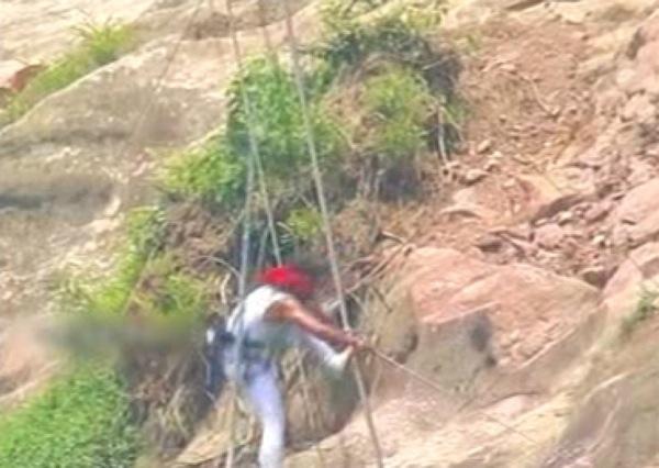 中国・湖南省で地上200メートル綱渡りにチャレンジした男性、ゴール目前でバランス崩し落下