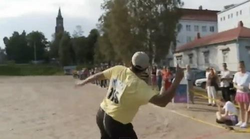 【動画】やりでもなくハンマーでもなく「ケータイ」を投げる選手権、100mオーバーの大記録達成