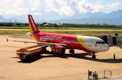 【動画あり】格安航空会社、機内で水着ダンスショー→ベトナム当局が罰金