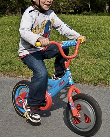 横から押されても倒れない自転車が未来すぎてスゴイ件:ジャイロ内蔵自転車