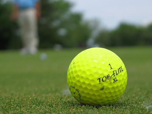 自宅にゴルフボールを打ち込まれた男、ショットガンで反撃