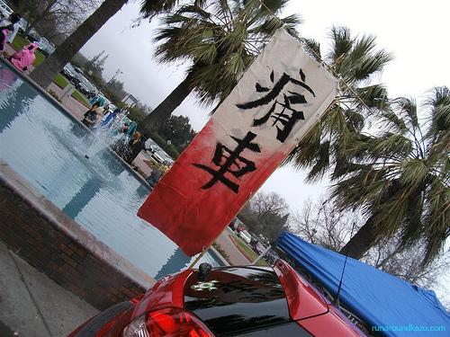 台風で「痛車」がひっくり返ったようだ