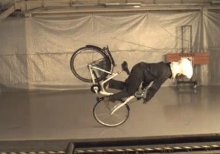 【動画あり】エアバック内蔵ヘルメットの実験動画がシュール