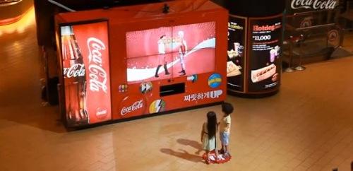 自動販売機の前でダンスを踊るとコーラが出てくる!ダンシング自販機が登場
