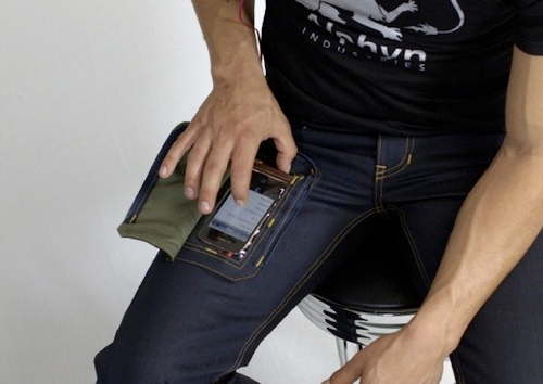 【誰得】iPhoneを「入れたまま」操作できるジーンズ
