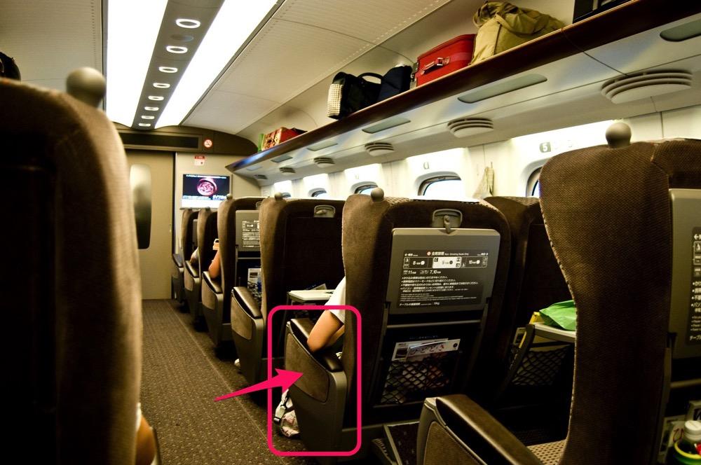 【新幹線】座席脇のテーブルを取り出した部分にスマホを落とした時はどうすれば取り出せるのか【驚愕】