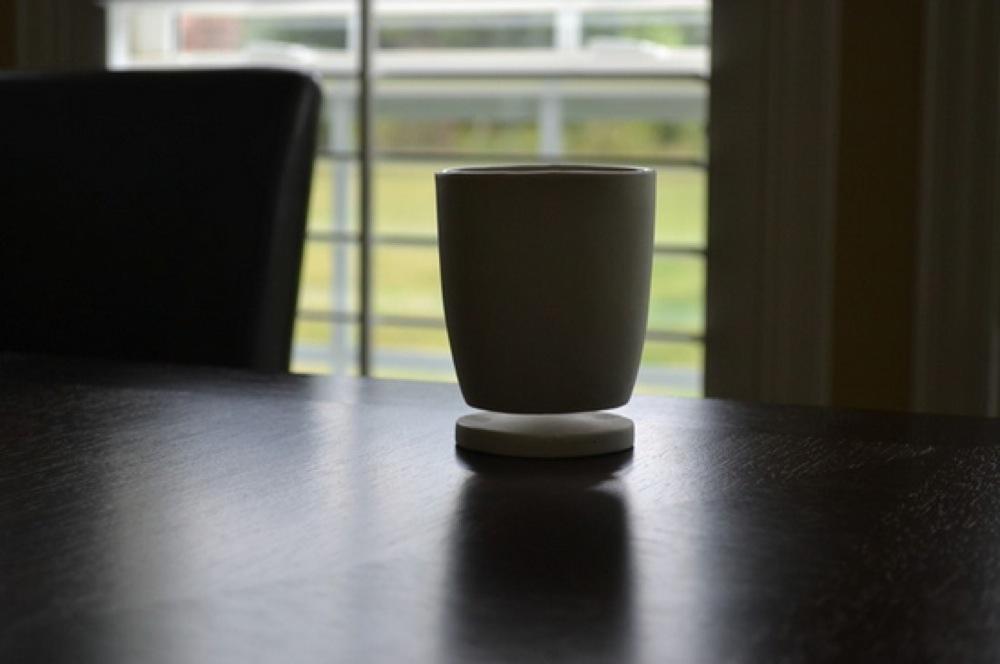 宙に浮くマグカップ