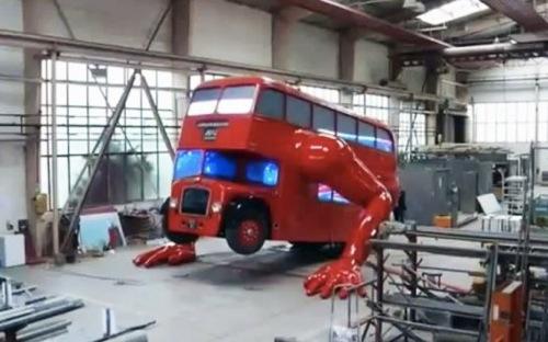 腕立てするロンドン2階建てバス