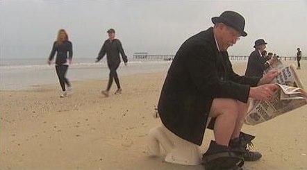 ビーチで便器に座り抗議