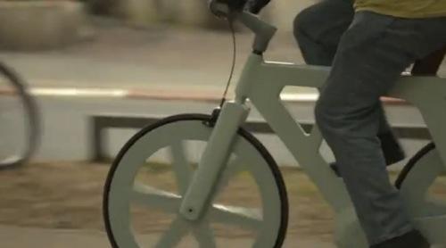 ダンボールでできた手作り自転車